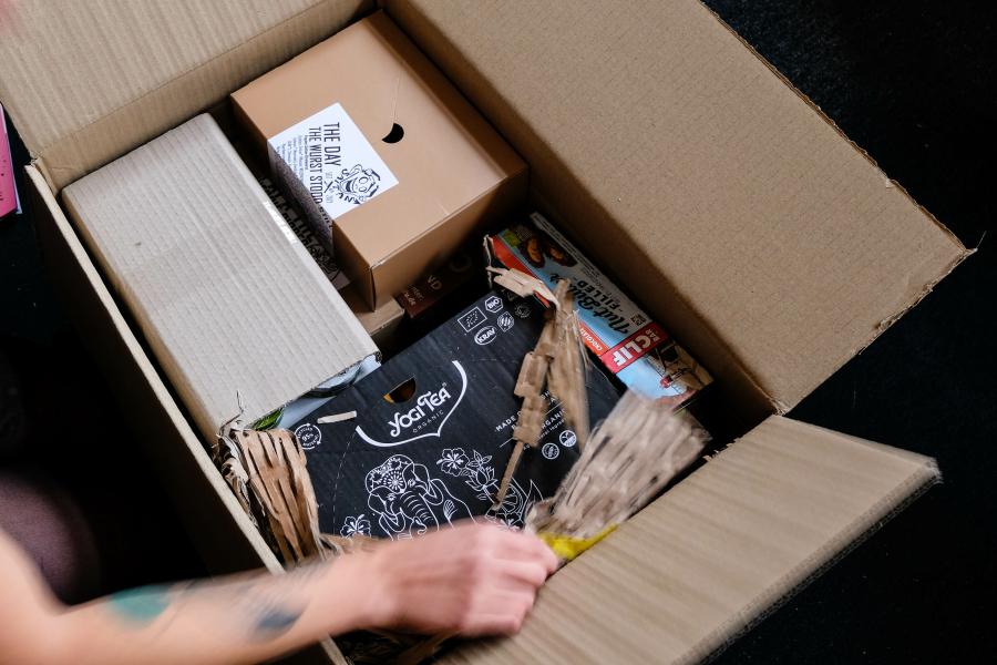 Well, it's Pappe – Wellpappe mit Graspapier jetzt bei Veggie Specials - Unsere Versandkartons bestehen zu 30% aus Graspapier
